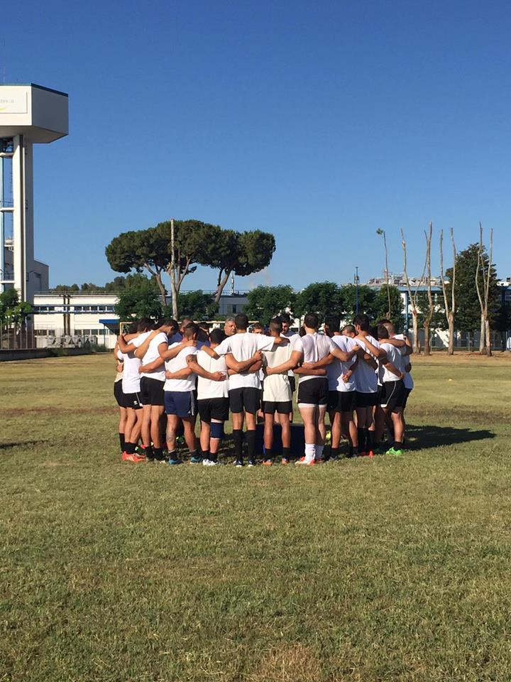 Campo in erba per il rugby, parte lapetizione