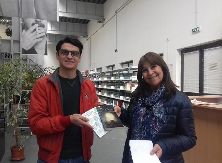 Il VicePresidente di FV Fondi Andrea Patriarca consegna gli ultimi due Libri donati pochi giorni fa