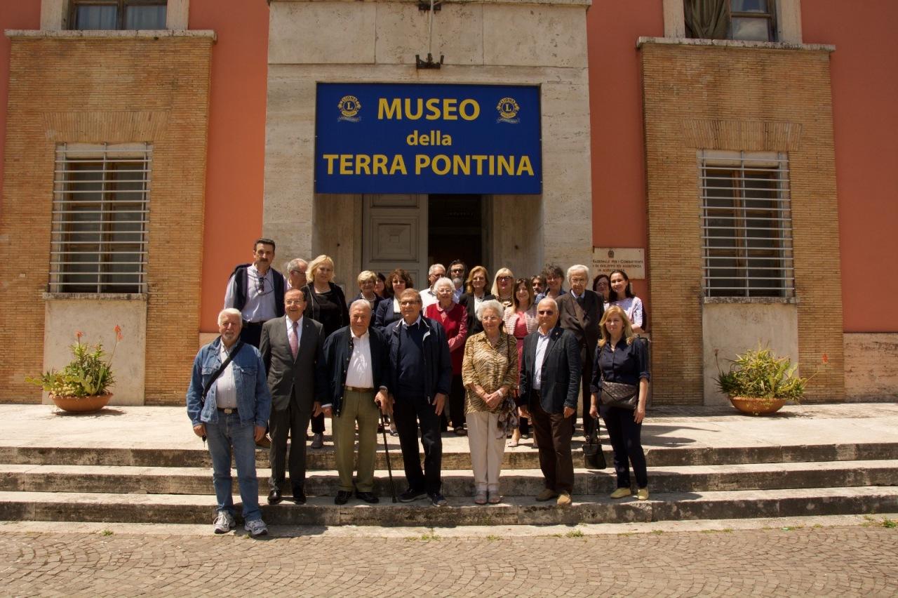 """I Lions Club Latina Host presenti alla notte dei musei donano ed inaugurano lo stendardo del """"Museo della TerraPontina"""""""