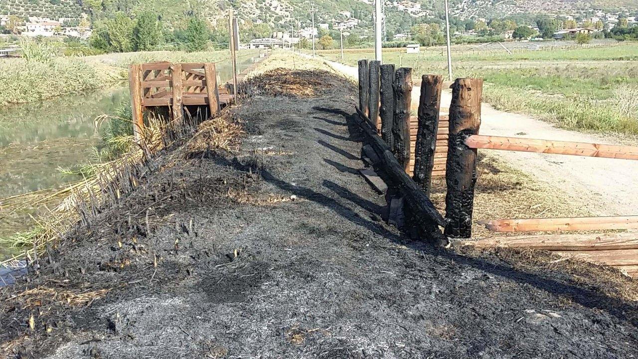Incendiato pontile e strutture di Canale Portella sul Lago di Fondi a  Monte San BiagioLT