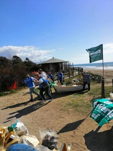 Il recupero di un natante abbandonato sulla spiaggia