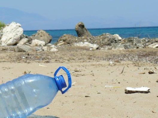 plastica-bottiglia-spiaggia-1200x900