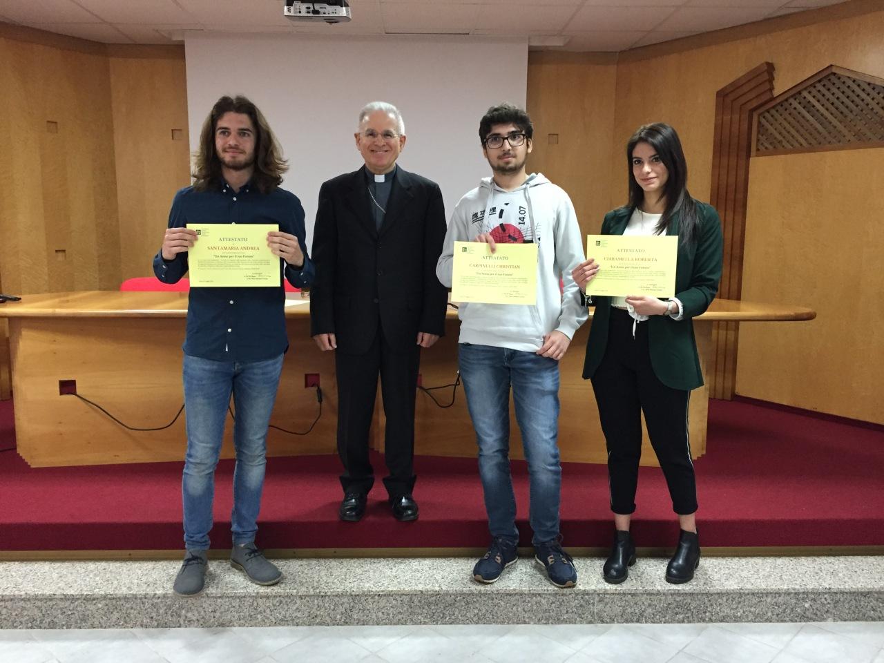 LATINA/ Giovani e lavoro, il vescovo Mariano Crociata ha premiato i vincitori del concorso «Un anno per il tuofuturo»