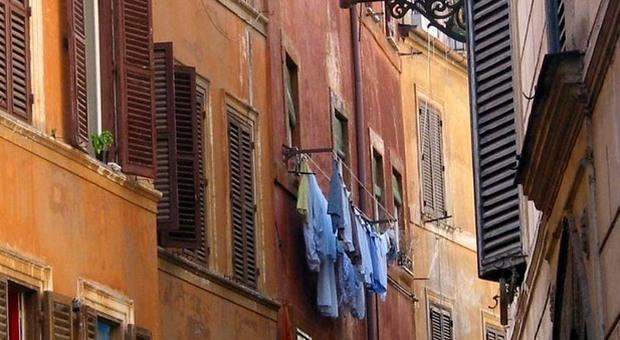 Roma: stop a panni stesi alla finestra se visibili da strada Sanzioni per chi annaffia e fa gocciolare acqua suvie