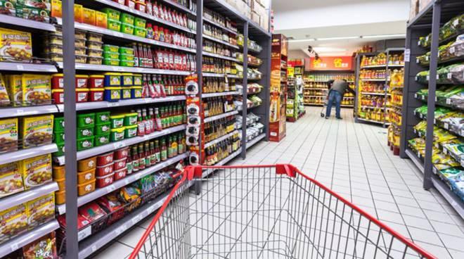 Coronavirus: in supermercati balzo vendite farina, latte eguanti